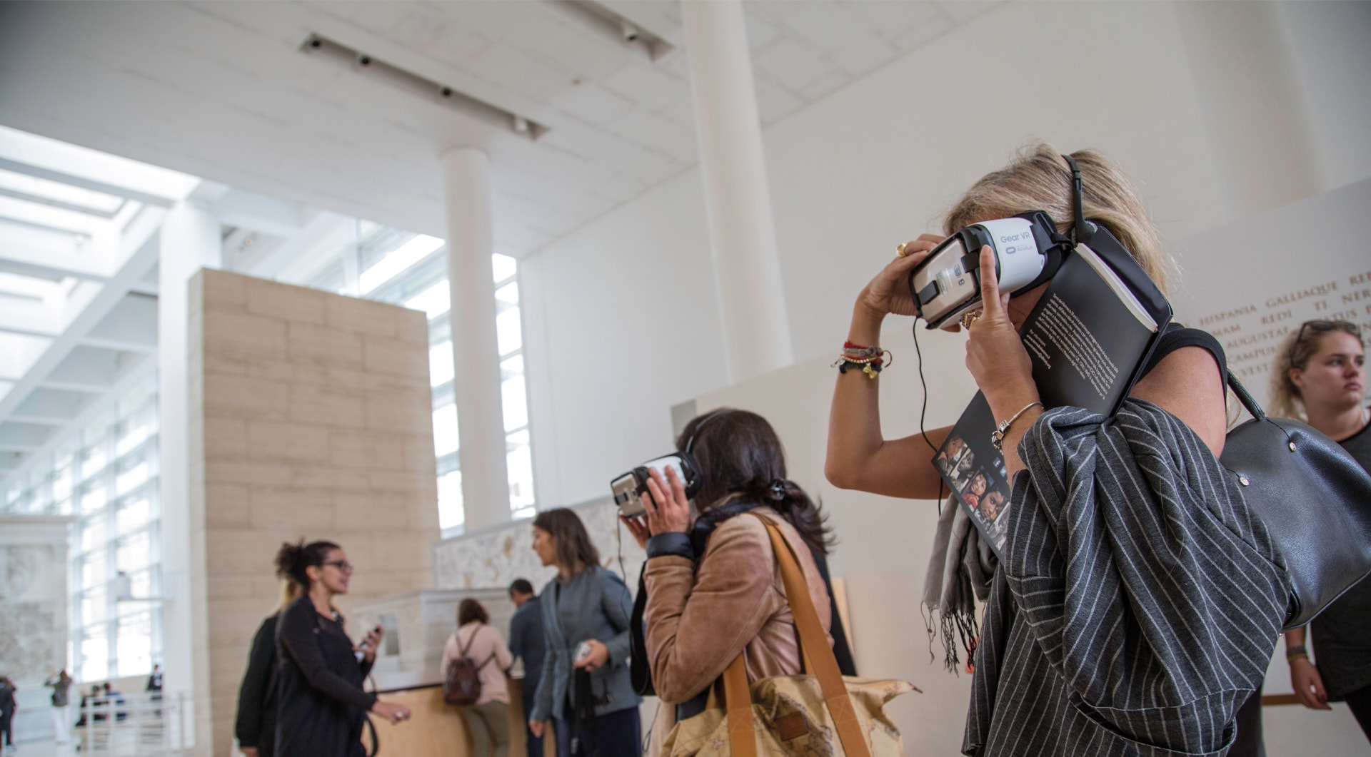 Persone che utilizzano un visore all'interno dell'Ara Pacis Museum