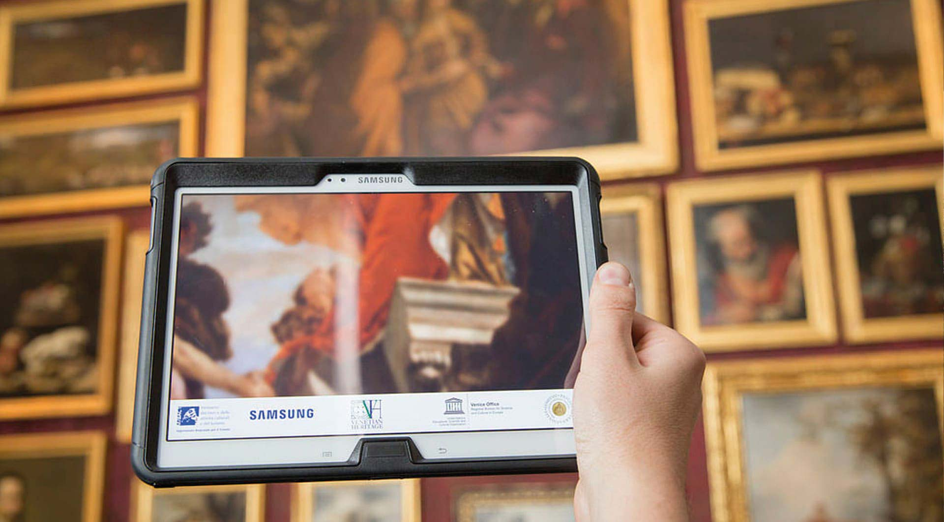 Tablet Samsung che mostra dipinti in realtà aumentata alla Galleria dell'Accademia