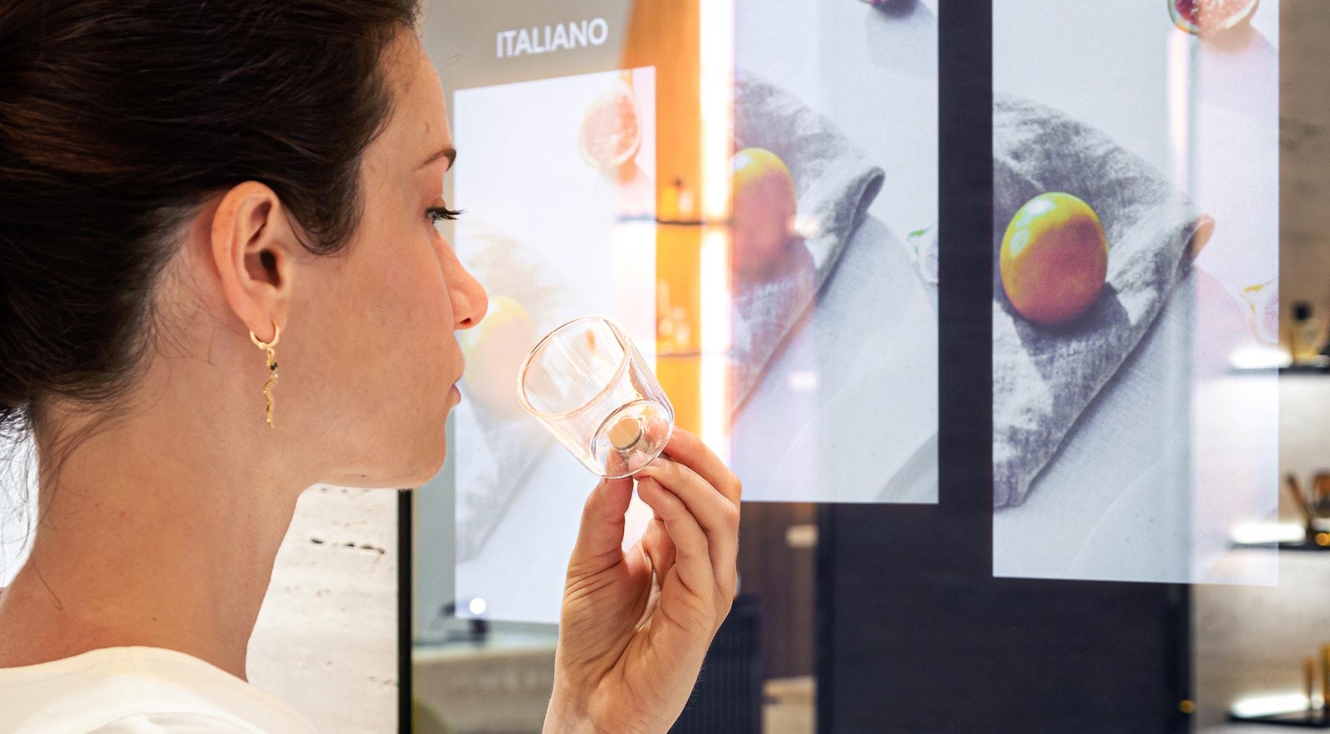 Donna che annusa una fragranza di Acqua di Parma