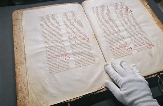 Libro antico in fase di conversione digitale